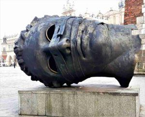 rzeźba Erosa na Rynku Głónym w Krakowie