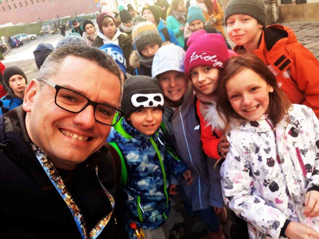 uczniowie na wycieczce po Krakowie z przewodnikiem