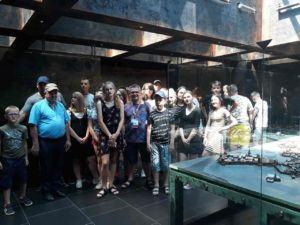 uczniowie na wycieczce szkolnej z przewodnikiem po Krakowie Podziemia Rynku Głównego