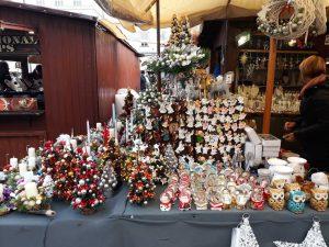 ozdoby i stroiki sprzedawane podczas Jarmarku Bożonarodzeniowego w Krakowie