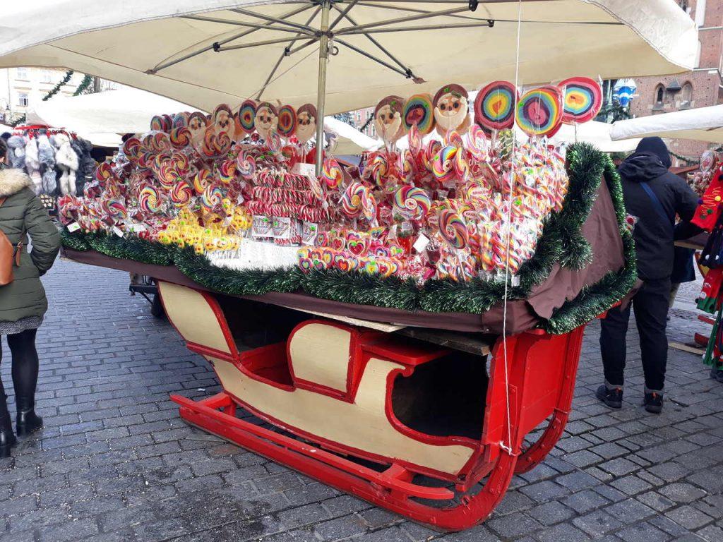 słodycze sprzedawane w kramach podczas Jarmarku Bożonarodzeniowego w Krakowie