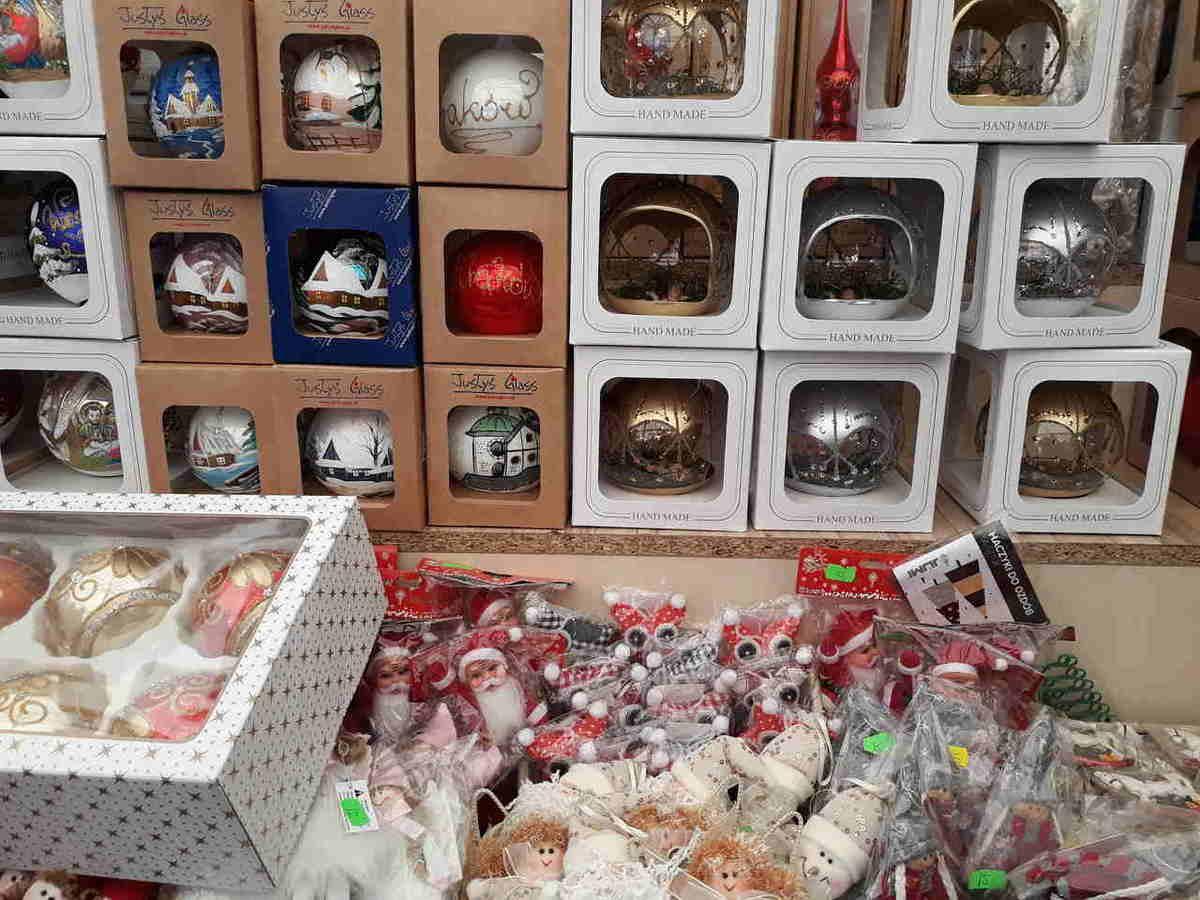 świąteczne ozdoby i własnorecznie malowane bombki na Jarmarku Bożonarodzeniowym w Krakowie