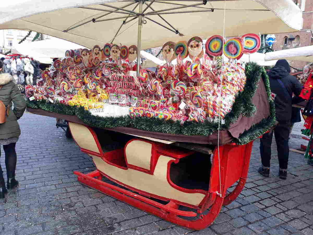 kram ze smakołykami na Jarmarku bożonarodzeniowym w Krakowie